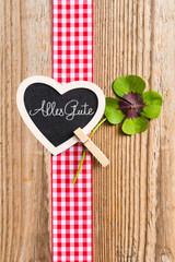 Geschenkband mit Kleeblatt und Herz auf Holz, Alles Gute
