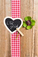 Geschenkband mit Kleeblatt und Herz auf Holz, Viel Glück