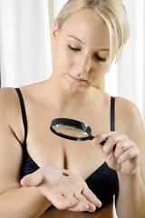 Frau mit Verdacht auf Hautkrebs