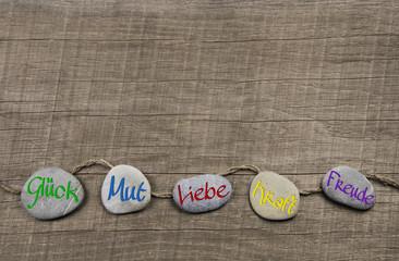 Hintergrund Holz mit Steine: Glück, Mut, Liebe, Freude, Kraft