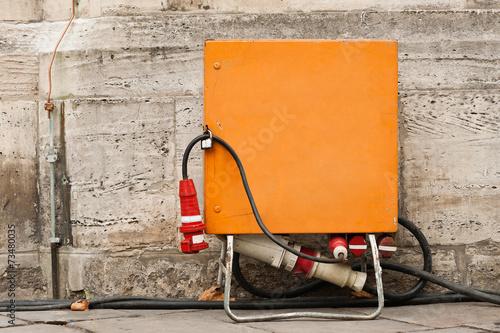 Leinwanddruck Bild Baustrom Verteilerkasten Stromversorgung auf dem Weihnachtsmarkt