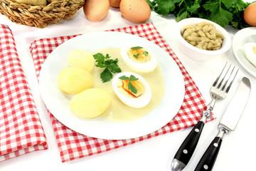 Senfeier mit Kartoffeln und glatter Petersilie