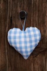 Blaues Herz auf Holz Hintergrund zum Vatertag
