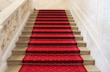Luxuriöse Treppe mit Teppich in rot für Hintergründe und Konzept