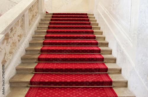 Foto op Plexiglas Trappen Luxuriöse Treppe mit Teppich in rot für Hintergründe und Konzept
