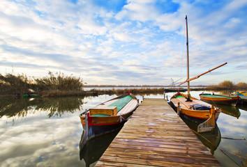 veleros de madera tradicionales en el embarcadero del rio
