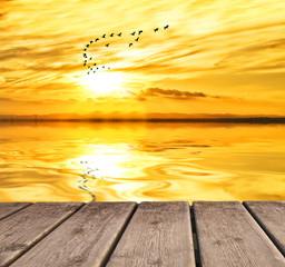 reflejos dorados en el mar calmado