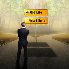 Mann steht zwischen der Wahl des alten und neuen Lebens