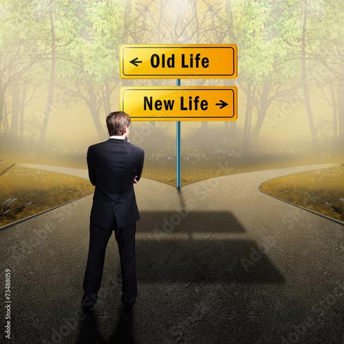 canvas print picture Mann steht zwischen der Wahl des alten und neuen Lebens