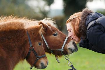 Rothaarige Frau mit 2 Ponies