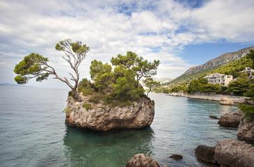 Der Brela-Stein am Strand Punta Rata, Kroatien