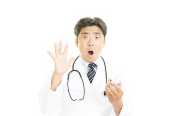 驚いた表情の医師