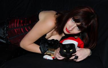 Donna con corsetto e gatto nero natalizio