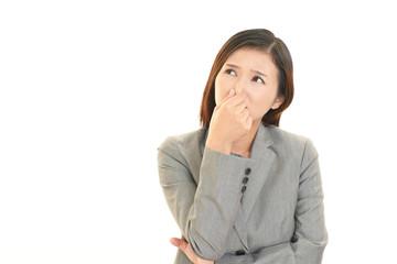 不快な表情を浮かべる女性