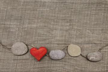 Grußkarte Valentinstag: Ein Herz rot auf Holz Hintergrund