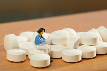 女性とたくさんの錠剤