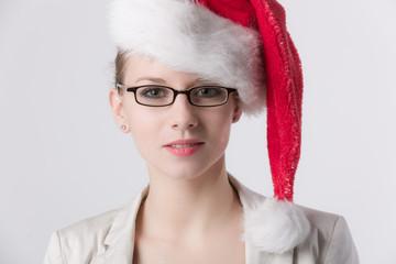 Frau mit Brille mit Weihnachtsmütze