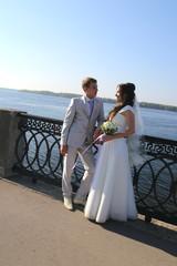 Прогулка жениха с невестой на улице