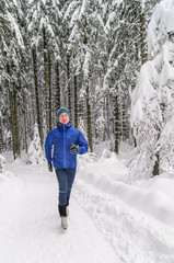 Läufer im Winterwald