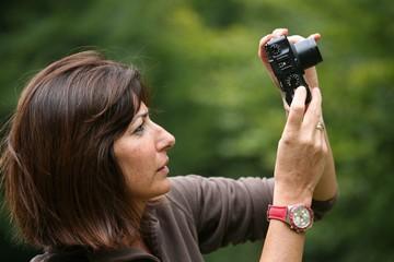 Donna che scatta una foto
