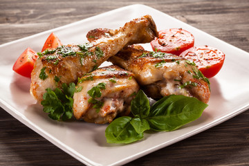 Barbecued chicken legs and vegetables