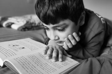 bambino che legge straiato