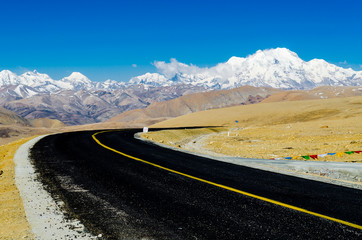 The road on the Tibetan Plateau
