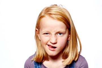 Mädchen verzieht das Gesicht