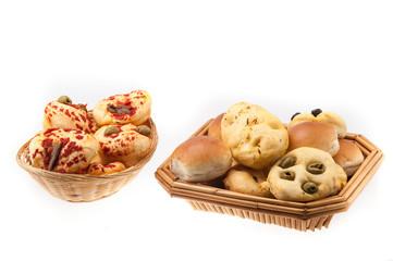 Cestino di pizzette e di focaccine isolati su sfondo bianco