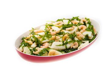 Tagliata di seppia con gamberetti e rucola nell'insalatiera ross