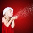kleines Mädchen pustet Schneeflocken