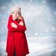 kleines Mädchen in Winterlandschaft