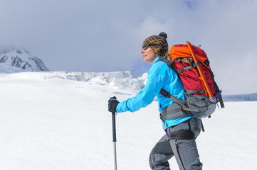 Tourengeherin im Hochgebirge