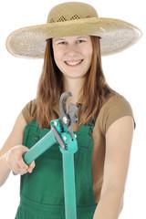 Gärtnerin bei Gartenarbeit hält Astschere