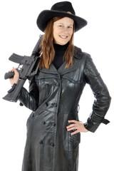 Frau als Sheriff verkleidet trägt Ledermantel