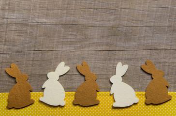 Ostern: Holz Hintergrund mit Osterhasen als Dekoration