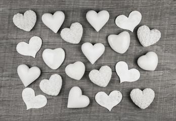 Grußkarte oder Hintergrund shabby chic: viele weiße Herzen