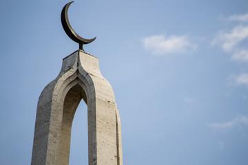Mezzaluna sulla cima di un minareto