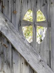 Puerta de madera antigua de un cementerio