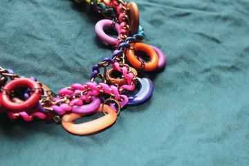 collar de colores fuertes