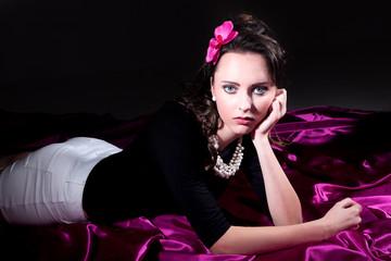 Junge hübsche Frau liegt auf Boden und blickt romantisch