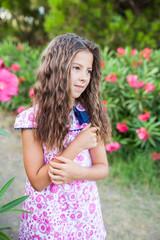 niña tocandose el pelo mirando el campo