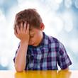 Kopf aufstützen, Kind sitzend am Tisch