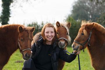 Frau mit 3 Ponies