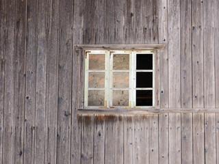 Fenster in grauer Holzwand