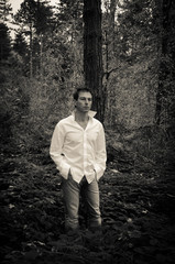 Uomo nel bosco gotico