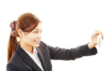 スマートフォンで撮影している女性
