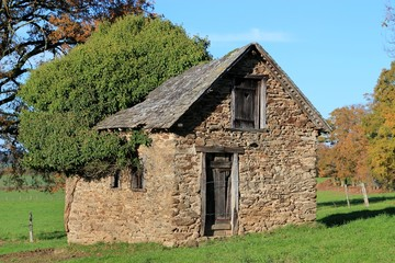 Cabane à la campagne.