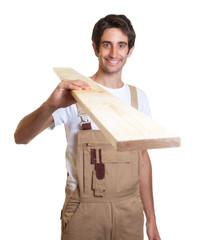 Schreiner mit Holz auf der Schulter