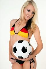 hübsche Frau mit einem Fußball